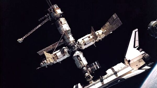 Space Shuttle Atlantis docked with the Russian Mir Space Station - Sputnik International