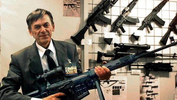 Victor Kalashnikov, the son of Russian Mikhail Kalashnikov, the inventor of the famous assault rifle, shows off a model of his own pistol machinegun, the Bizon-2, which is to equip Russia's police force - Sputnik International