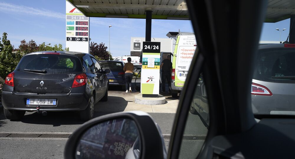 Motorists queue to refuel their vehicles at a petrol station in Combourg, western France, on May 24, 2016, following blockades of several oil refineries and fuel depots in France by protesters opposed to government labour reforms