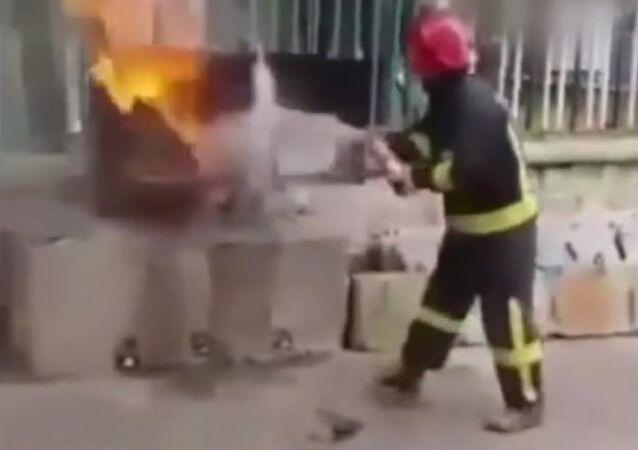 Can coke extinguish a fire?