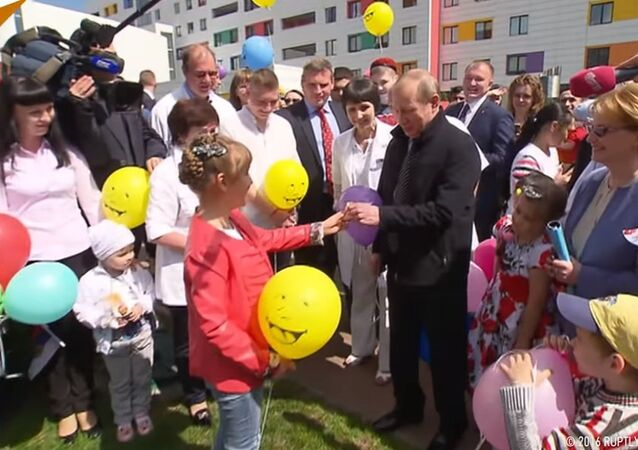 Putin Visits Moscow Pediatric Cancer Clinic
