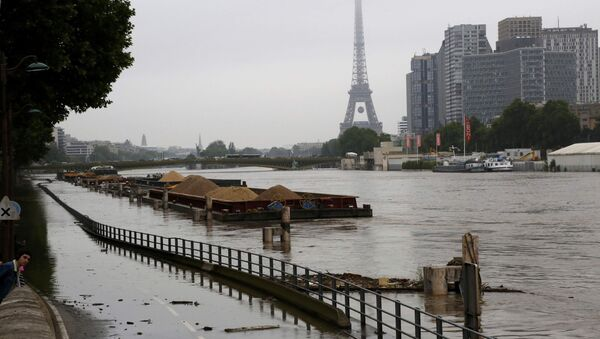 Barges are moored together near the Eiffel Tower as high waters cover the banks of the Seine River in Paris, France, after days of almost non-stop rain caused flooding in the country, June 2, 2016 - Sputnik International