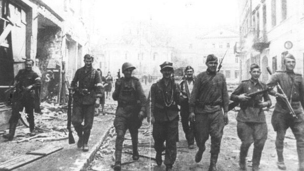 Soviet and Polish Armia Krajowa soldiers in Vilnius, July 1944. - Sputnik International