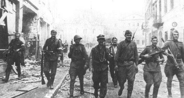 Soviet and Polish Armia Krajowa soldiers in Vilnius, July 1944.