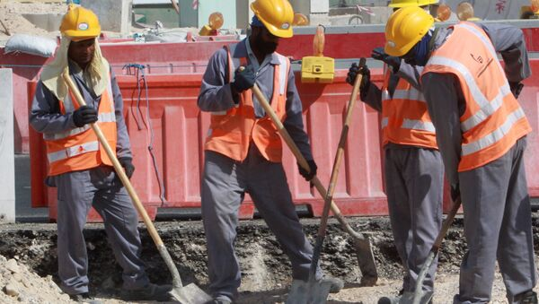 Workers are seen at a construction site in Doha, on November 16, 2014. - Sputnik International