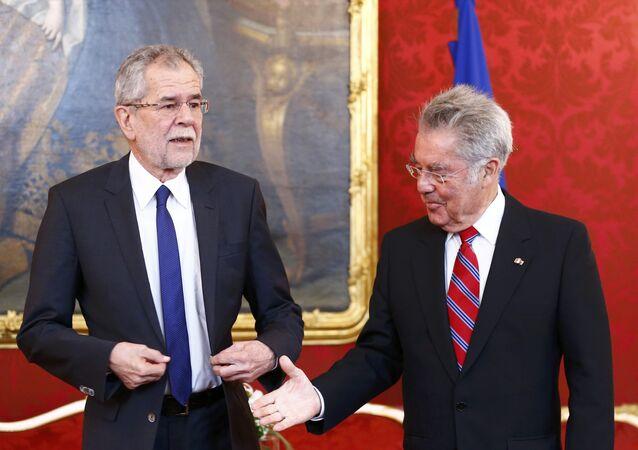 Austrian President Heinz Fischer (R) welcomes President-elect Alexander Van der Bellen in his office in Vienna, Austria, May 24, 2016.