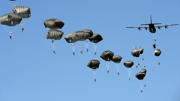 US troops land with parachutes at the military compound near Torun, central Poland, on June 7, 2016, as part of the NATO Anaconda-16 military exercise. - Sputnik International