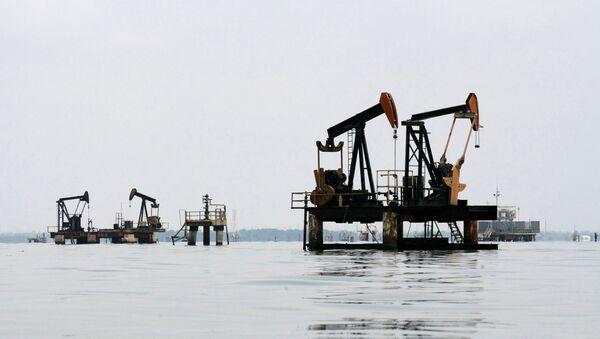 Oil pumps are seen in Lake Maracaibo, in Lagunillas, Ciudad Ojeda, in the state of Zulia, Venezuela, March 20, 2015 - Sputnik International