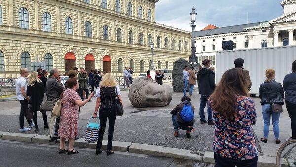Onlookers stand next to the fallen marble-like heads of European politicians. - Sputnik International