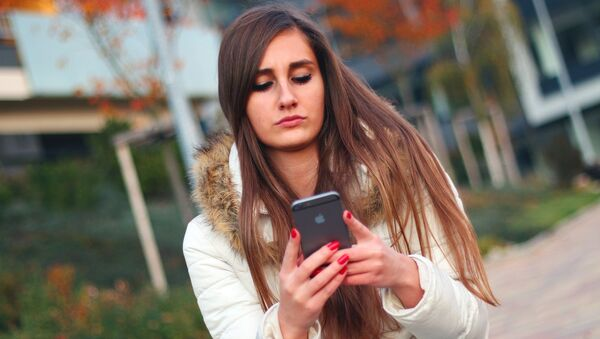 A young girl using her smartphone. - Sputnik International