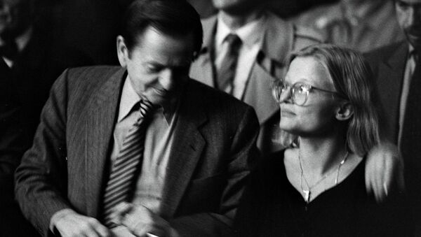 This file photo dated 1984 taken at unknown location, shows Swedish former Prime Minister Olof Palme (L), who was assassinated in a central Stockholm street in February 1986, and Swedish Foreign Minister Anna Lindh who was stabbed 10 September 2003, and died from her injuries early Thursday morning 11 September - Sputnik International