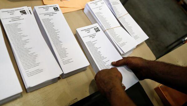 A worker packs ballots for Spain's upcoming elections in a warehouse in Alcala de Henares, near Madrid, Spain, June 15, 2016 - Sputnik International
