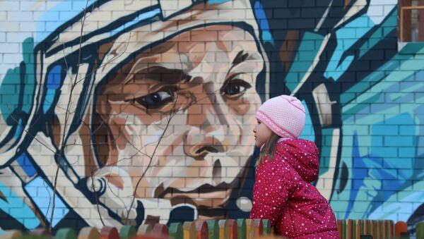 A graffiti portrait of cosmonaut Yuri Gagarin on Cosmonauts Alley in Moscow - Sputnik International