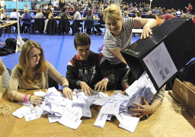 Workers begin counting ballots after polling stations closed in the Referendum on the European Union in Glasgow, Scotland, Britain, June 23, 2016.