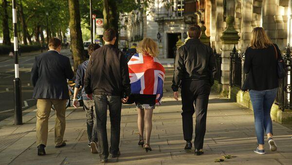 Vote Leave supporters walk along a street in central London, Friday, June 24, 2016. - Sputnik International