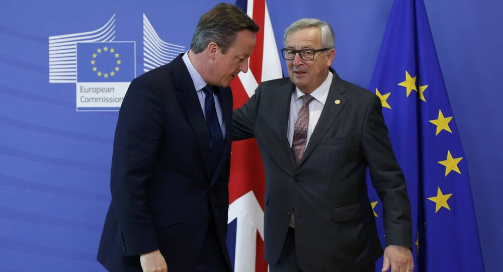 Britain's Prime Minister David Cameron (L) and European Commission President Jean-Claude Juncker arrives at the EU Summit in Brussels, Belgium, June 28, 2016.