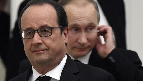 French President Francois Hollande (L) and his Russian counteraprt Vladimir Putin arrives for a press conference at the Kremlin in Moscow on November 26, 2015 - Sputnik International