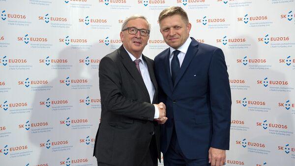 European Commission President Jean-Claude Juncker (L) shakes hands with Slovak Prime Minister Robert Fico during their meeting on June 30, 2016 in Bratislava. - Sputnik International