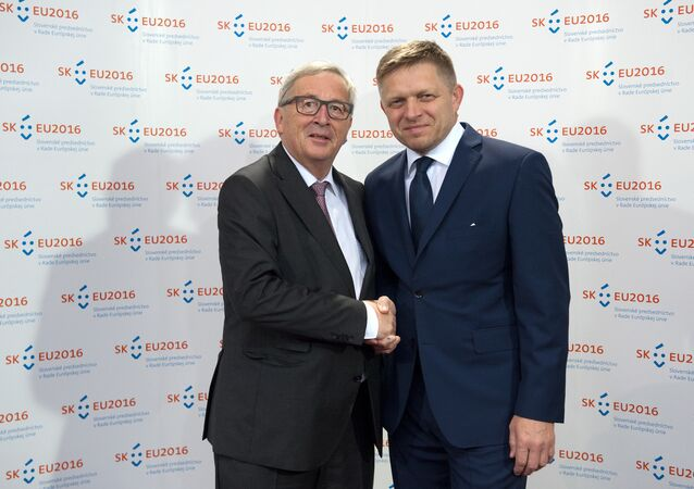 European Commission President Jean-Claude Juncker (L) shakes hands with Slovak Prime Minister Robert Fico during their meeting on June 30, 2016 in Bratislava.