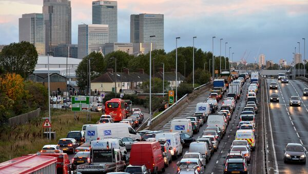 Traffic queues on a main route into London by the towers of London's financial district Canary Wharf (File) - Sputnik International