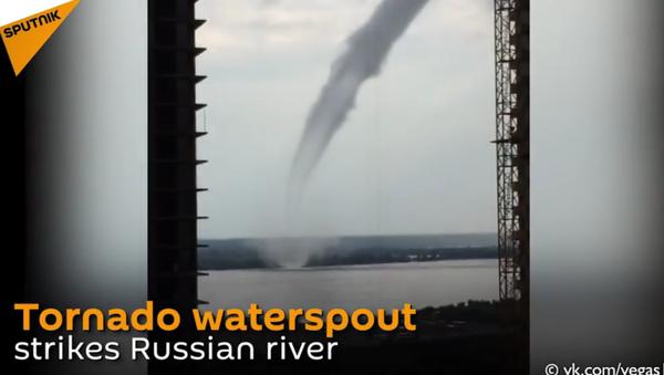 Unbelievable Twister Hits Russian Surgut - Sputnik International