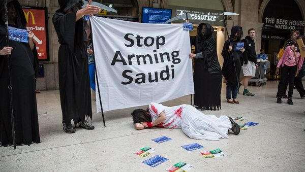 Human rights campaigners protest against Farnborough International arms fair. - Sputnik International