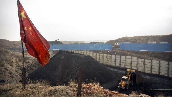 Chinese flag stands in the breeze as a loader moves coal at a coal mine near Ordos in northern China (File) - Sputnik International