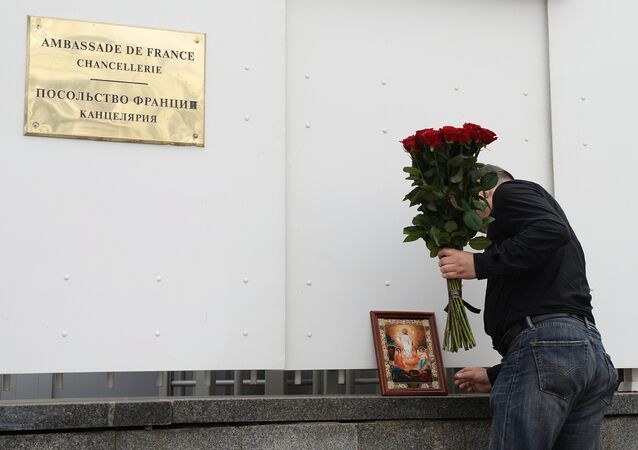 Moscow residents bring flowers to French embassy following Nice attack