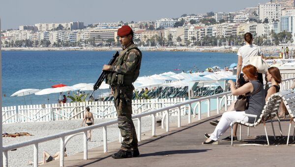 A soldier secures the Promenade des Anglais in Nice, southern France, Monday, July 18, 2016, prior to a minute of silence to honor the victims of the Bastille Day attack on Thursday in Nice - Sputnik International