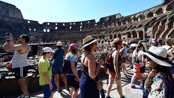 Tourists visit the ancient Colosseum on June 28, 2016 in Rome - Sputnik International