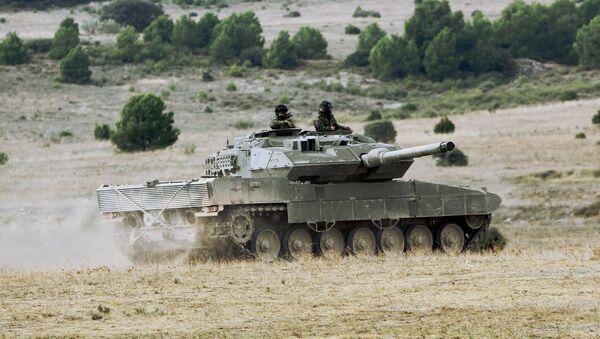 Spanish Leopard 2 tank going into position - Sputnik International