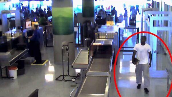 Damarias Cockerham walking through TSA at Dallas-Fort Worth International Airport - Sputnik International