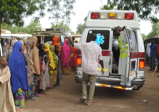 Displaced children L) watching, as malnurished and sick children are being taken away in an ambulance for treatment in Bama's camp for internally displaced people (IDP), in the outskirts of Maiduguri capital of Borno State, northeastern Nigeria (File)