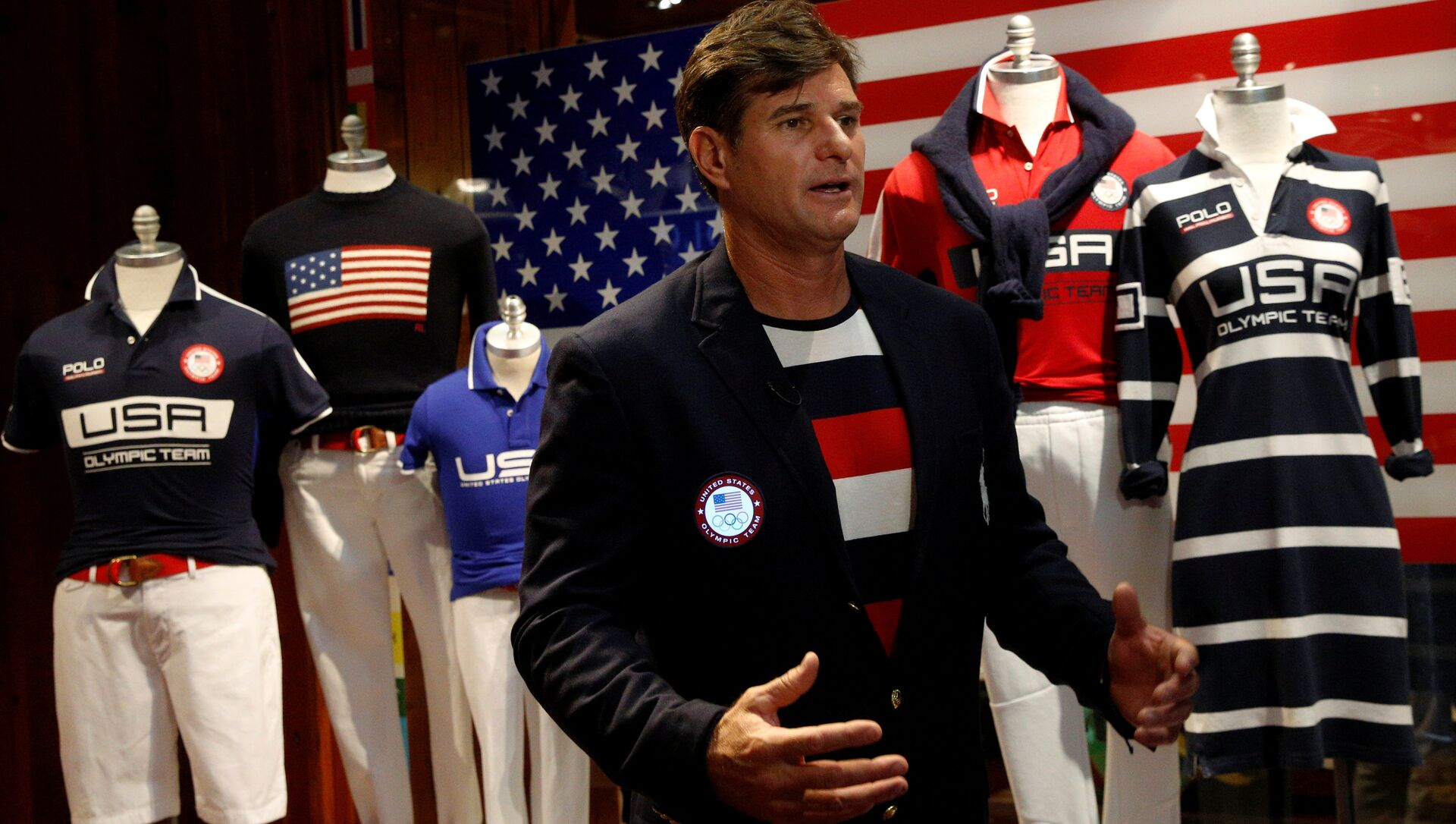 Cliff Meidl, two-time U.S. Olympic athlete, models the official Team USA Opening Ceremony flag bearer outfit which will include special electroluminescent panels, at the Polo Ralph Lauren store in New York City, U.S., July 29, 2016 - Sputnik International, 1920, 24.07.2021