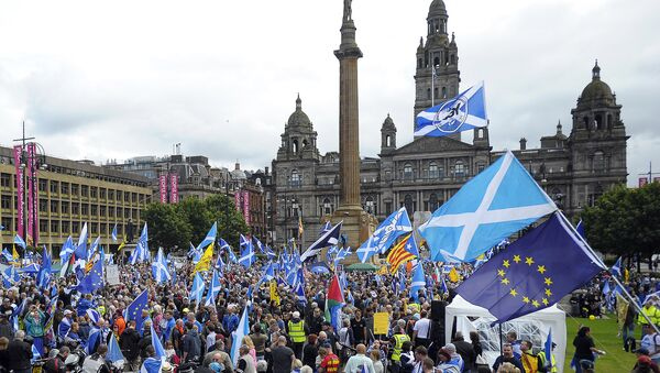 Pro-Scottish Independence supporters with Scottish Saltire flags and EU flags among others rally in George Square in Glasgow, Scotland on July 30, 2016 to call for Scottish independence from the UK - Sputnik International