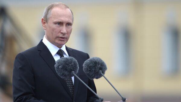 Russian President Vladimir Putin speaks at the parade of sailors and officers of the Leningrad Naval Base on Senate Square in St. Petersburg - Sputnik International