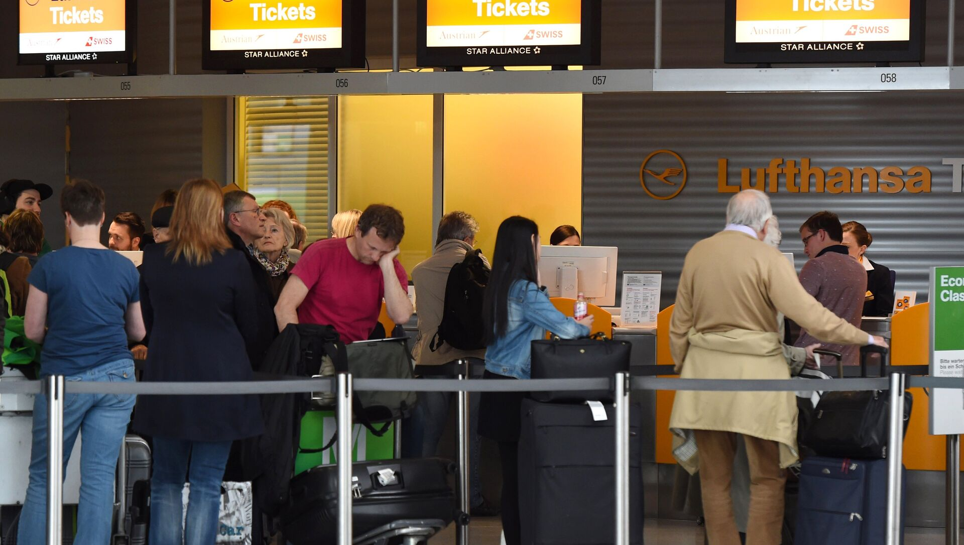 Passengers queue at a Lufthansa counter at the Franz-Josef-Strauss-airport in Munich, southern Germany, on April 27, 2016.  - Sputnik International, 1920, 24.05.2021