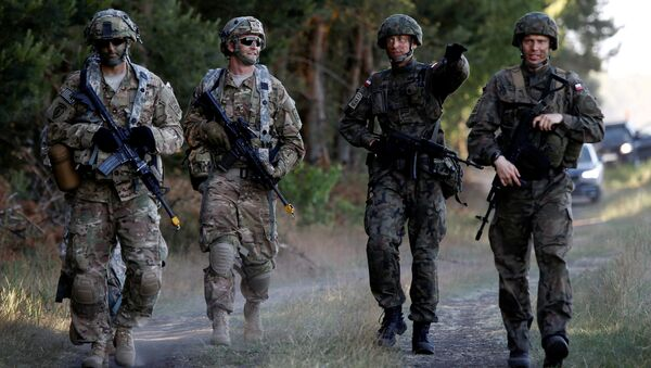 Poland's 6th Airborne Brigade soldiers (R) walk with U.S. 82nd Airborne Division soldiers during the NATO allies' Anakonda 16 exercise near Torun, Poland (File) - Sputnik International