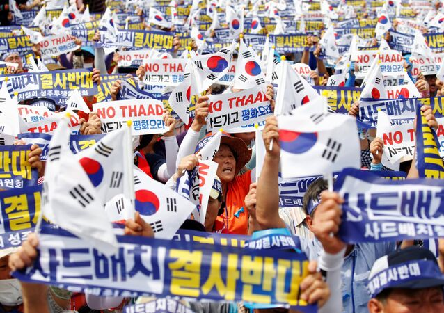 Seoungju residents chant slogans during a protest against the government's decision on deploying a U.S. THAAD anti-missile defense unit in Seongju, in Seoul, South Korea, July 21, 2016
