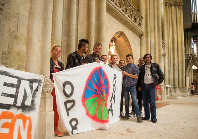Refugees hold up banners at the St. Peter's Cathedral in Regensburg, southern Germany (File)