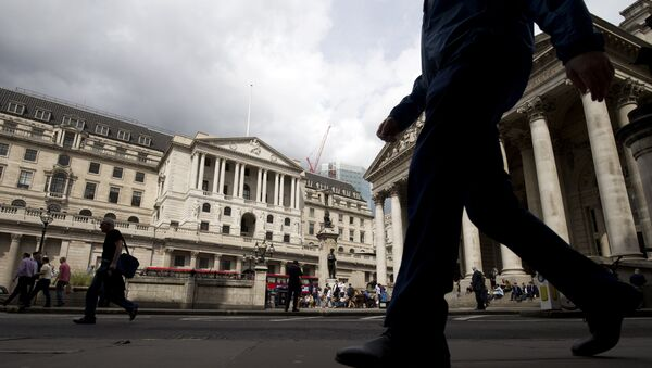 People walk past the Bank of England in central London on August 3, 2016 - Sputnik International