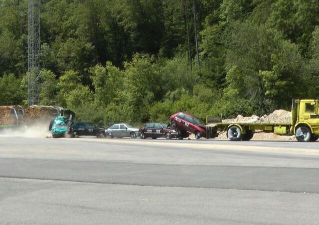 Kollision Traktor mit Anhänger auf Stauende, bestehend aus 5 Personenwagen und einem Lastwagen