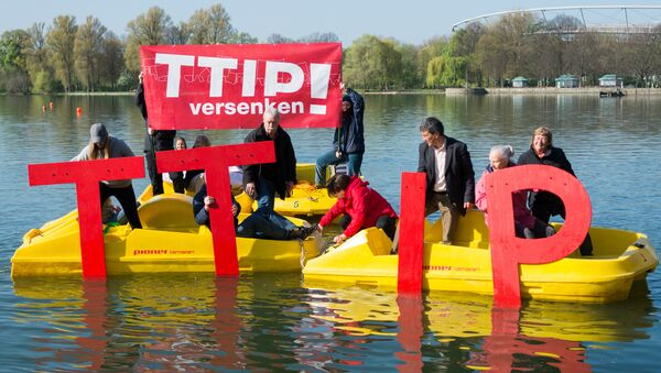 Anti- Trans-Atlantic Trade and Investment Partnership (TTIP)activists sink the lettering TTIP in the Maschsee in Hanover on April 21, 2016 ahead a meeting of leaders of Britain, France, Germany and Italy on April 25, 2016 - Sputnik International