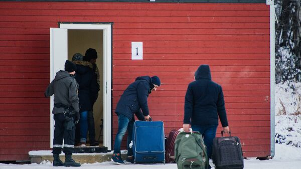 Refugees are welcomed upon arrival at the Norwegian border crossing station at Storskog after crossing the border from Russia near Kirkenes. - Sputnik International
