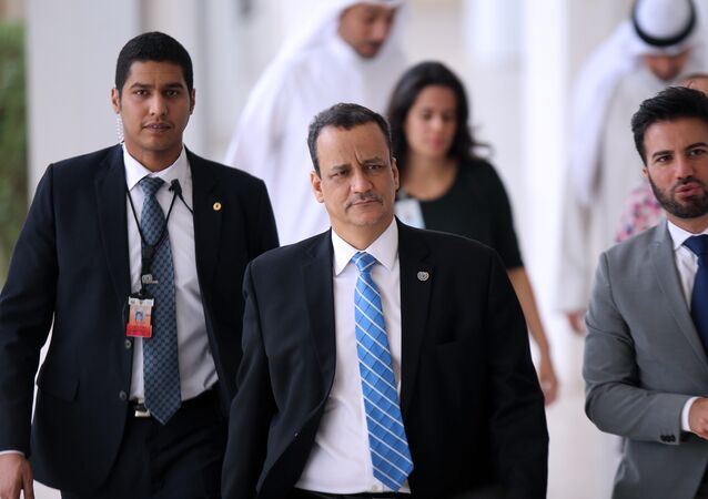 United Nations special envoy to Yemen, Ismail Ould Cheikh Ahmed (C)