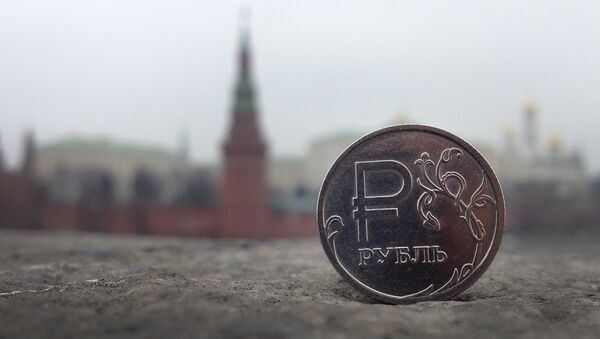 A Russian ruble coin is pictured in front of the Kremlin in in central Moscow, on November 6, 2014 - Sputnik International