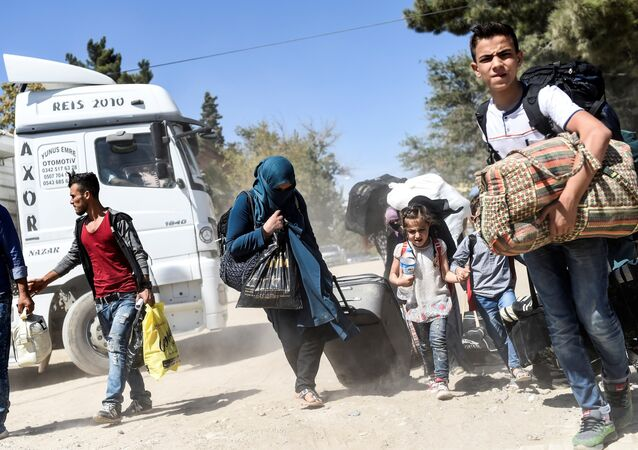 Syrian refugees walk on their way back to the Syrian city of Jarabulus on September 7, 2016 at Karkamis crossing gate, in the southern region of Kilis