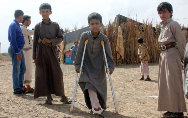 Mabruk Mughrabi (C), a Yemeni boy injured in his leg as a result of a land mine, stands with friends at a camp for internally displaced on the outskirts of Marib on April 15, 2016 - Sputnik International