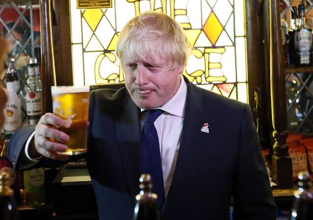 Former London Mayor, and Vote Leave campaigner, Boris Johnson is pictured with a pint of beer ahead of meeting with members of the public and supporters in Piercebridge, near Darlington, north-east England. (File)