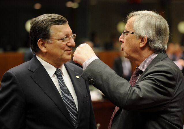 European Commission President Jose Manuel Barroso (L) talks with Luxembourg Prime Minister Jean-Claude Juncker during a roundtable meeting at the EU headquarters on May 22, 2013 in Brussels, during European Union leaders summit.